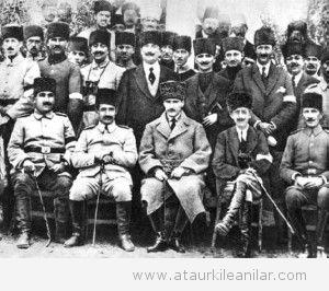 Mustafa_Kemal_Kuva-yi_Milliyeden_dzenli_orduya_gei_gnlerinde_1920